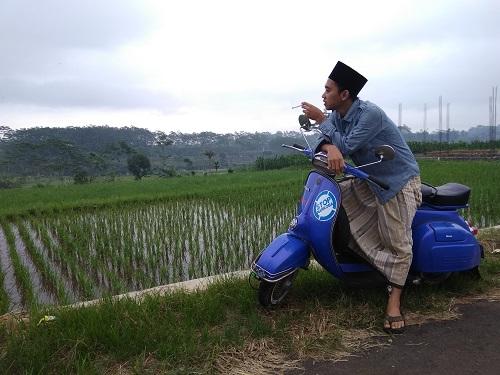 Kang Santri bersarung naik Vespa Biru