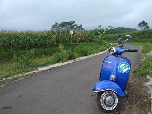 Vespa Biru, Jalan, dan Alam